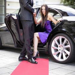 Dame steigt aus der Limousine
